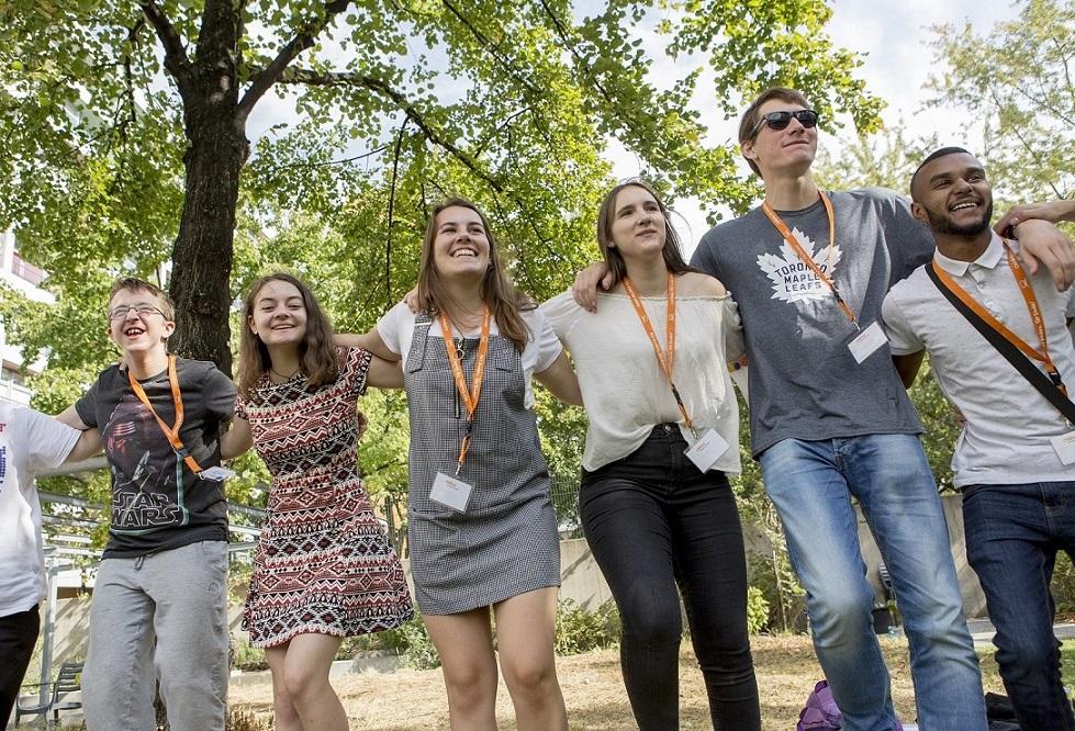 Eine Gruppe Jugendlicher, gefördert vom Programm CHILDREN Jugend hilft!, bei einem Energizer während des CHILDREN Jugend hilft! Camps.