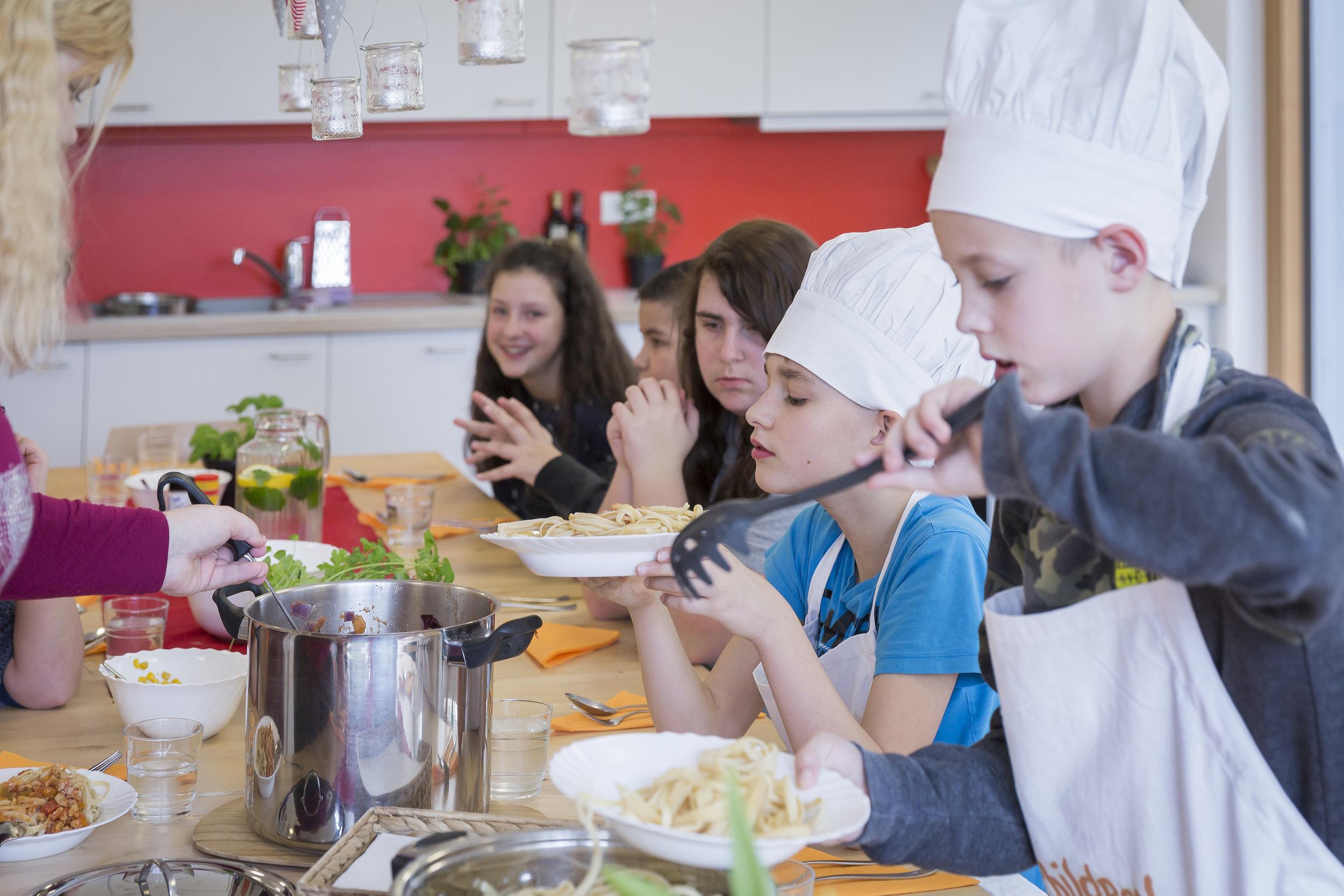 Gemeinsam wird gekocht und anschließend werden die Mahlzeiten in familiärer Atmosphäre eingenommen.