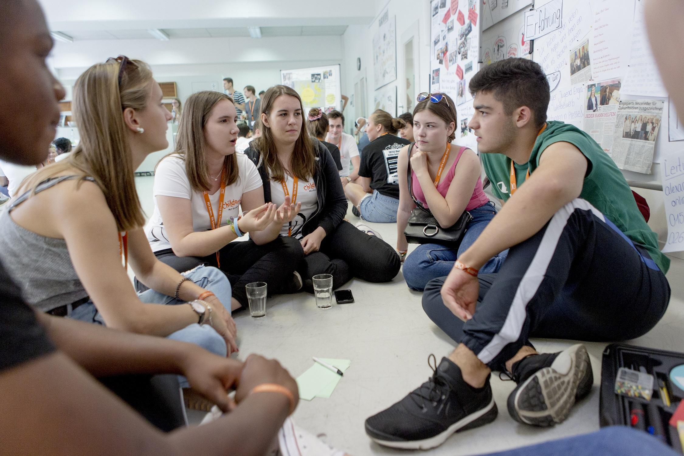 Geförderte Kinder und Jugendliche beim gemeinsamen Austausch.