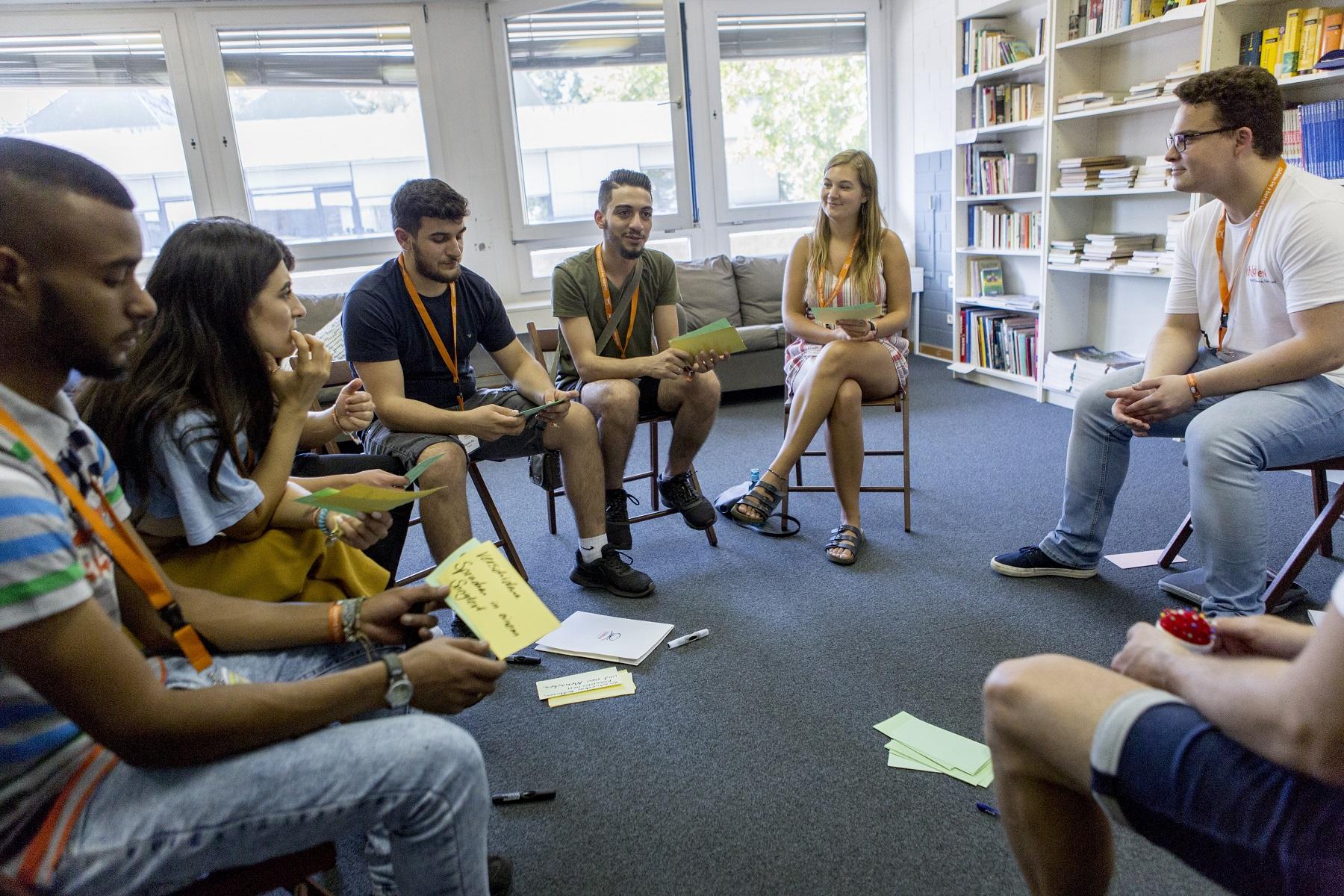 Engagierte Jugendliche entwickeln ihre Projekte in einem Workshop weiter.