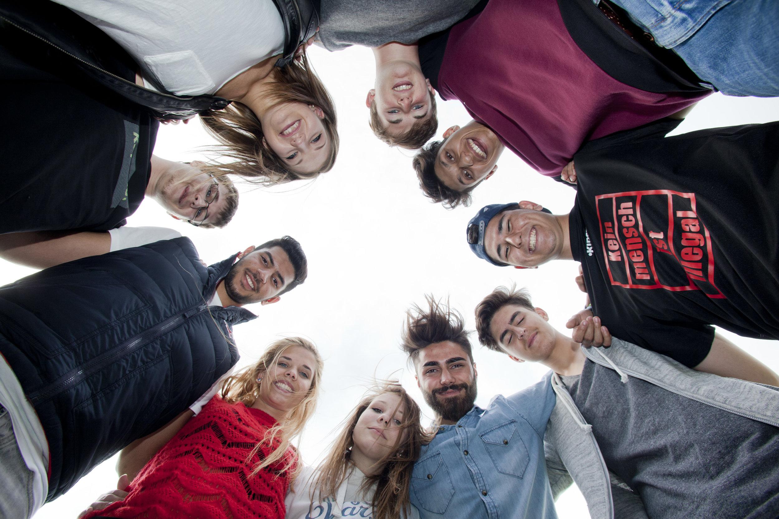 Eine Gruppe von jungen, engagierten Projektmacher*innen.