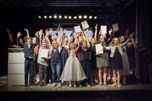 Die rund 40 Sieger*innen bei der feierlichen Preisverleihung in Berlin.