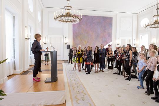 Elke Büdenbender empfängt die Jugendlichen in Schloss Bellevue und dankt ihnen für ihr Engagement.
