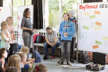 """Beim CHILDREN Jugend hilft! Camp konnten die Jugendlichen von """"Rhythmus gegen Rassismus"""" ihr Projekt vorstellen."""