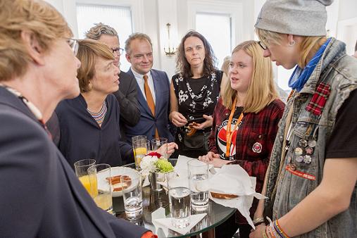 """Elke Büdenbender empfängt """"Rhythmus gegen Rassismus"""" in Schloss Bellevue."""