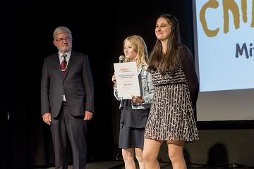 Die stolzen Preisträgerinnen mit ihrer Auszeichnung.