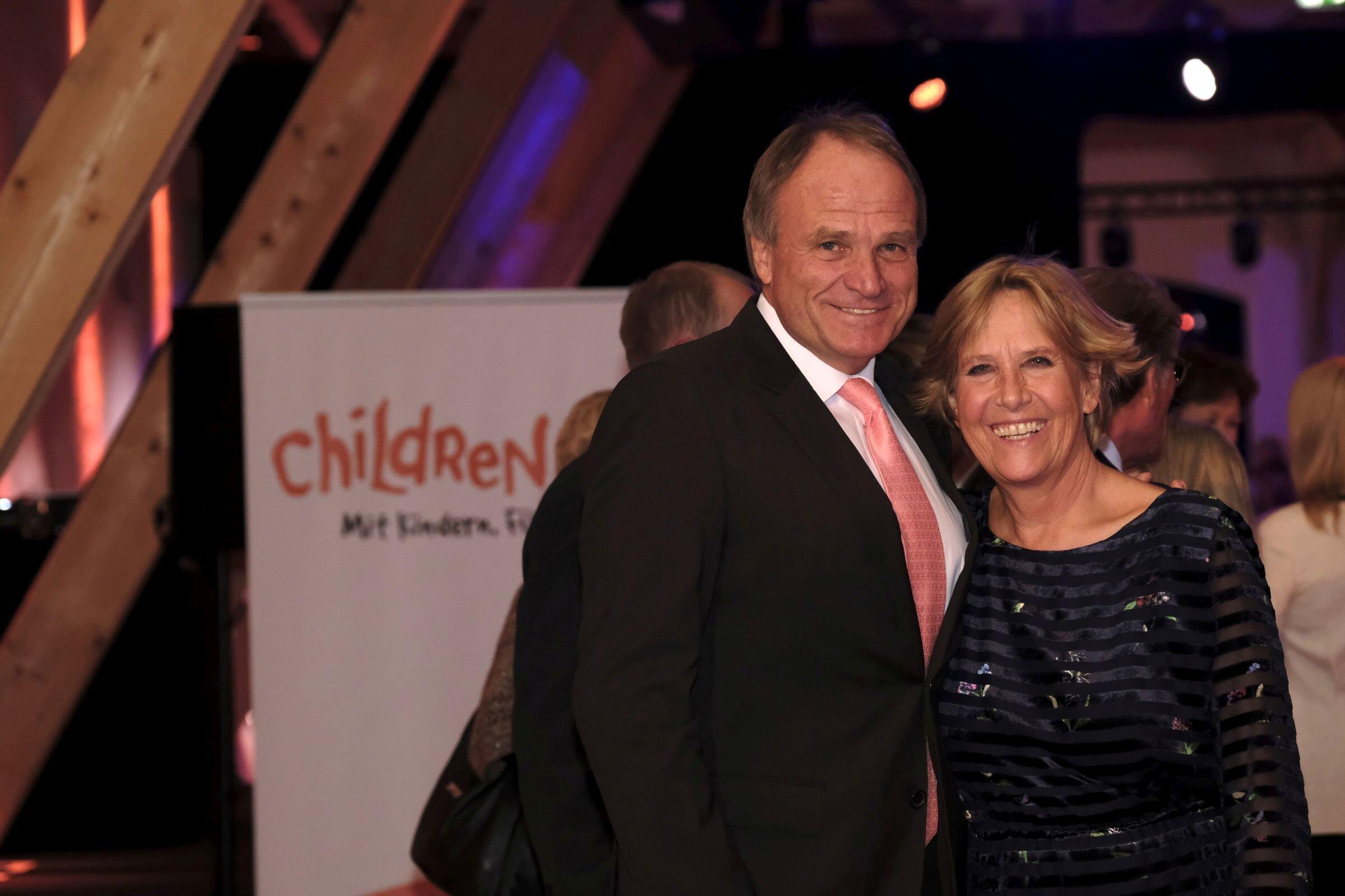 Thomas Hübner (Präsident des Tegernseer Golf-Clubs Bad Wiessee), Gabriele Quandt (Vorstandsvorsitzende Children for a better World)