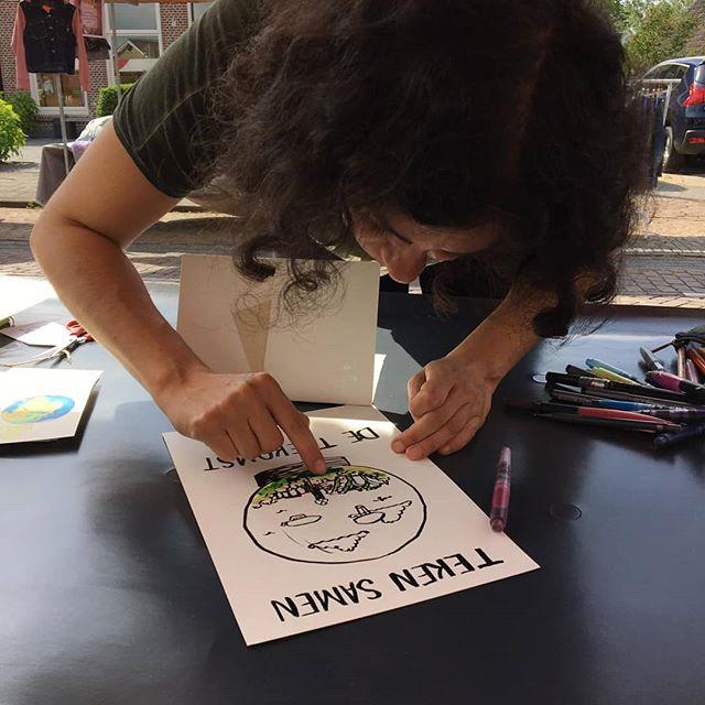 """Een real life """"date"""" met @de_klimaatjes  bedenker Andy Engel en illustrator @nynketalsma samen op de markt op @reuzedeiakkrum. Goede gesprekken, aardbeien, mooi weer en bier van regenwater maakten het een mooie dag.  #samensterk #klimaat #klimaatjes #boek #EHBKV"""