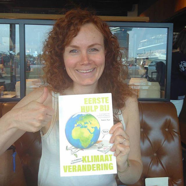 Hartverwarmend, zo'n ambassadeur! Vandaag meegedacht met het nieuwe project van Saskia van @thesocialreporter , waar ook misschien mijn tekeningen een rol gaan spelen. En mooi om dan terug te krijgen hoe impactvol #EersteHulpBijKlimaatverandering is geweest voor haar. Hij gaat overal mee naar toe, naar trainingen en workshops om weer nieuwe mensen te inspireren! #ehbkv #klimaatje #humor #klimaatverandering #ambassadeur #fan #klimaatboek #boeken #boekrecensie #boekentip