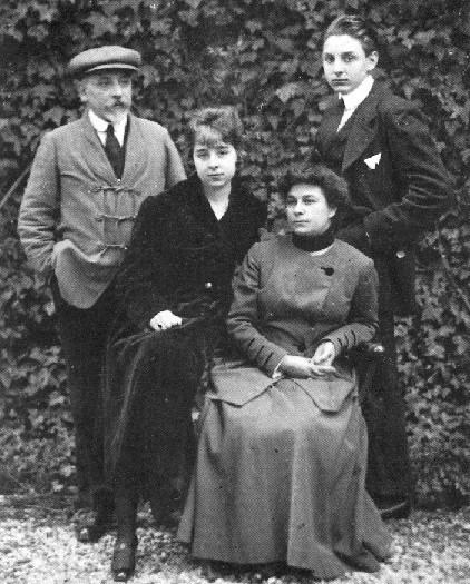 Fausto con i genitori Luigi e Maria Antonietta e la sorella Lietta, 1917