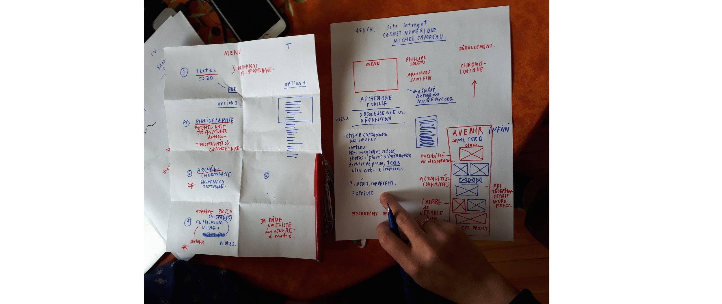 Photographie cellulaire de la maquette du carnet numérique conçu et dessiné par Mélissa Pilon ( melissapilon.com )