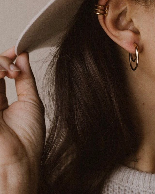 Feeling golden ✨ in my new @mejuri midi hoops. I'm a real big fan of these beauties. Thank you for the gift, Mejuri. 💛#mejuri #finecrew