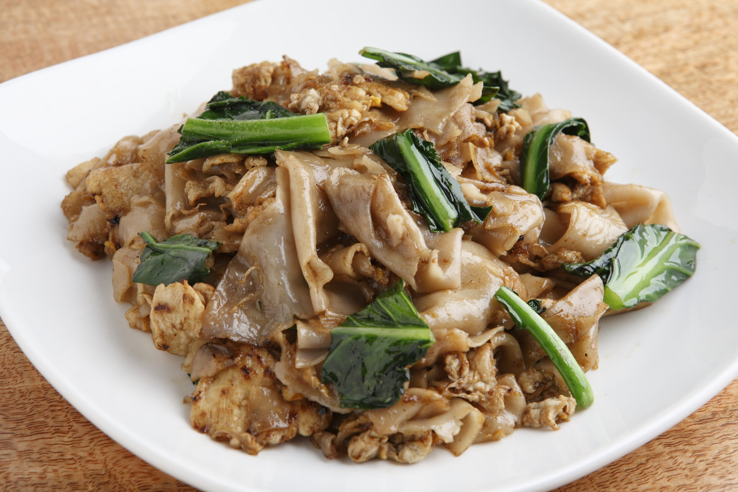 Pad Sea Eiw - Flat rice noodles sautéed with egg, Chinese broccoli and black soy sauce