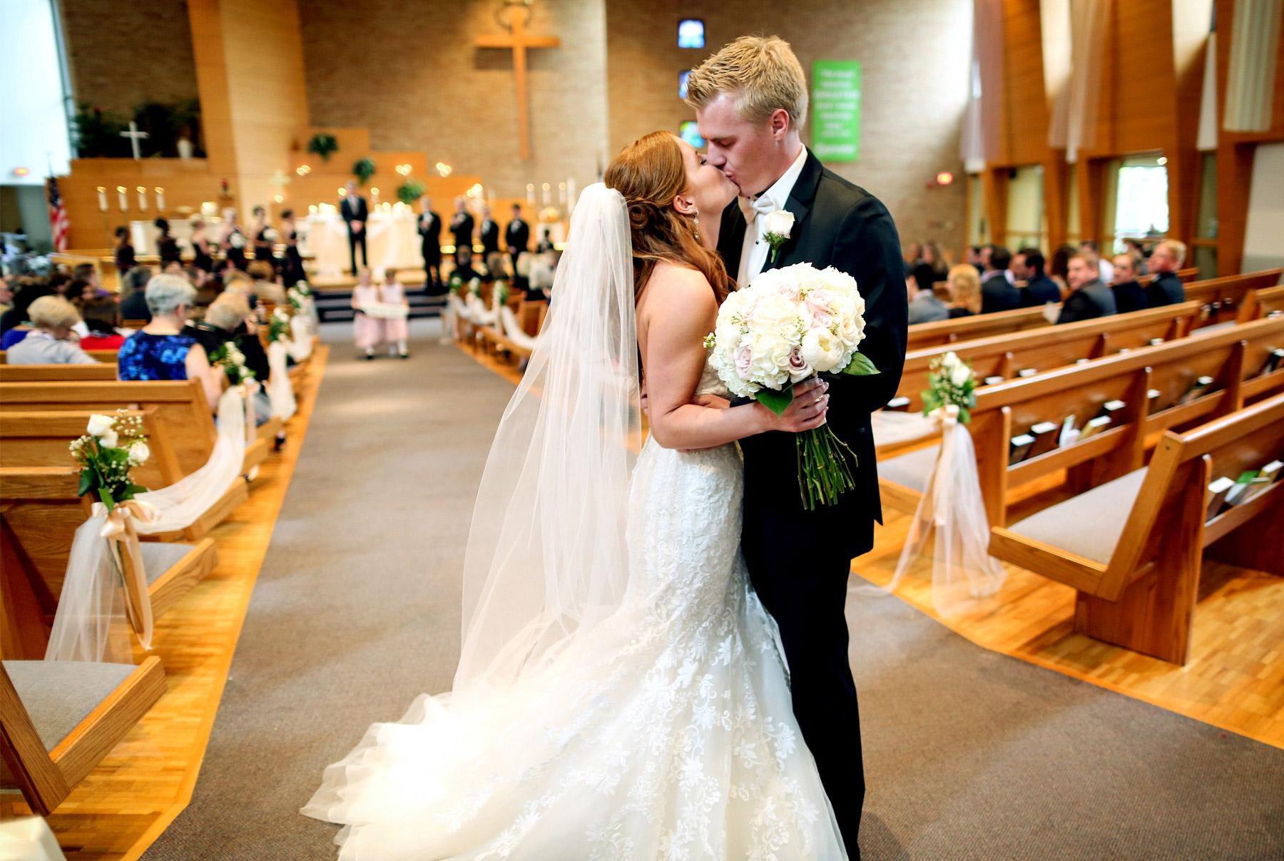 09-Minneapolis-Minnesota-Wedding-Photography-by-Vick-Photography-Ceremony-Woodbury-Lutheran-Church-Tianna-&-Matt.jpg