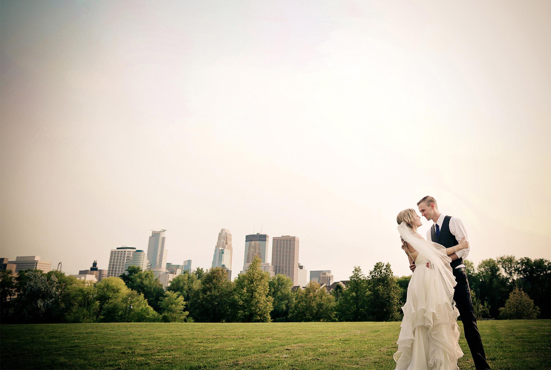 13-Minneapolis-Minnesota-Wedding-Photography-by-Vick-Photography--Skyline-Jess-&-Jake.jpg