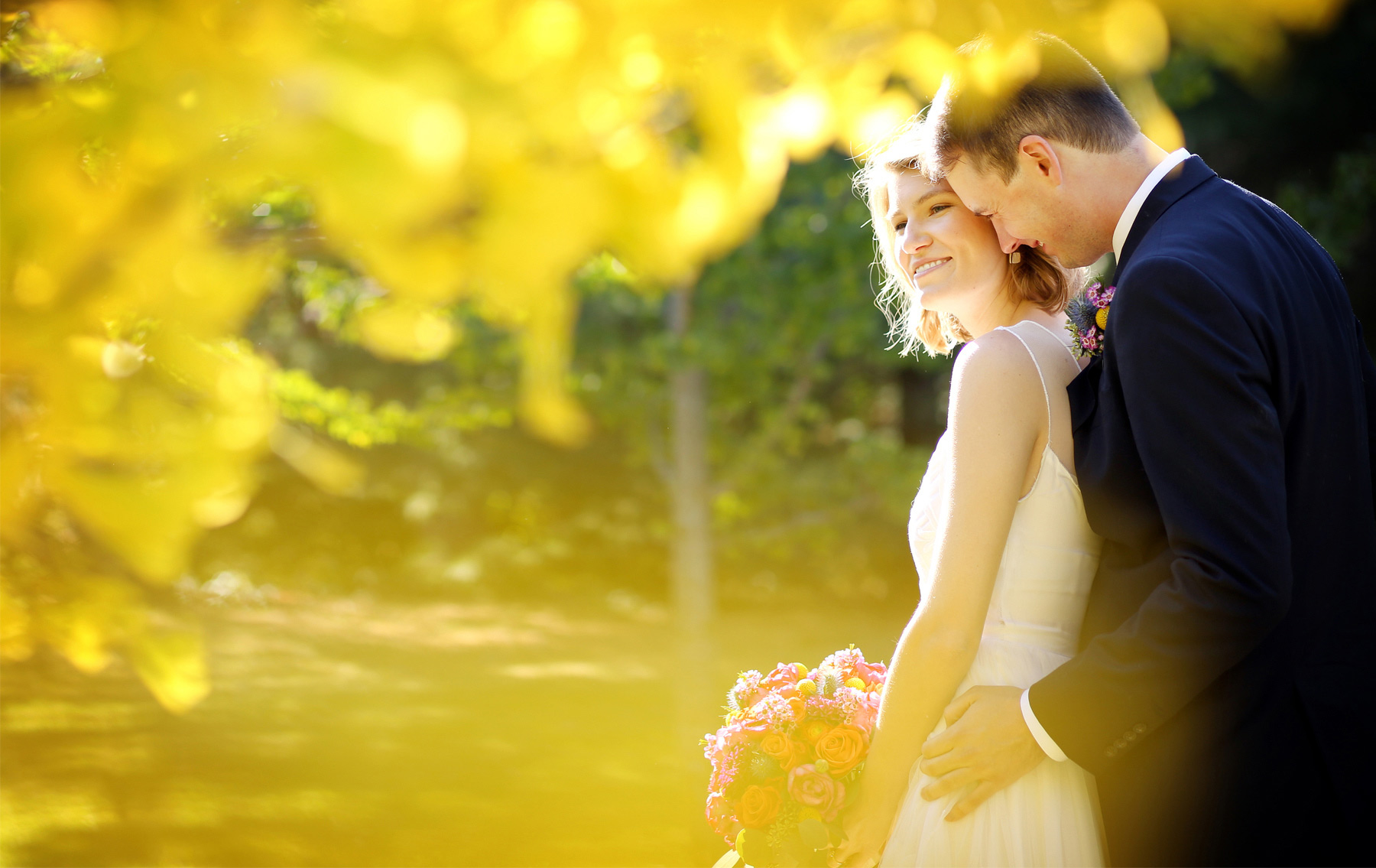 05-Minneapolis-Minnesota-Wedding-Photography-by-Vick-Photography-Fall-Colors-Autumn-Leaves-First-Look-Madeline-&-Matt.jpg