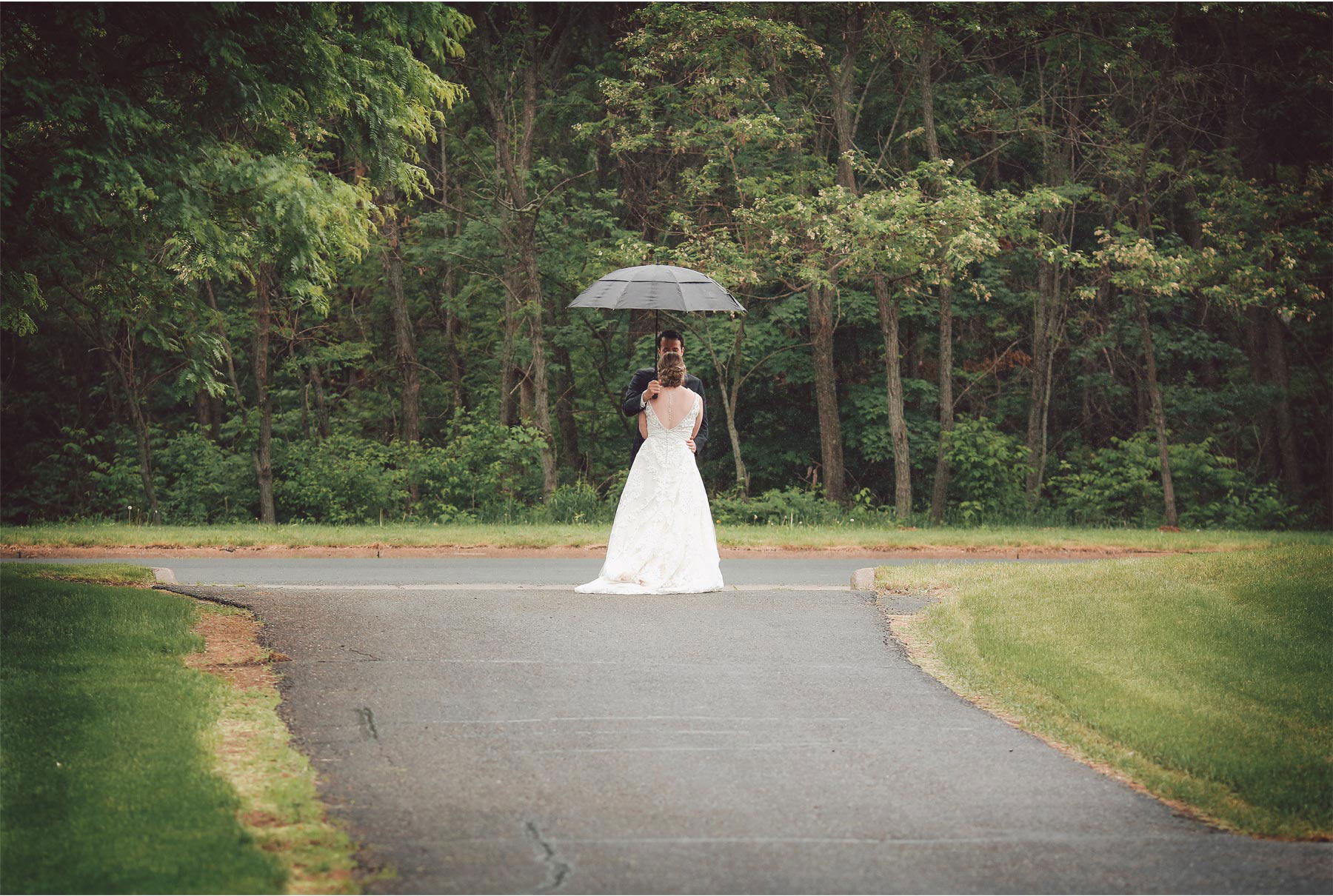 03-River-Falls-Wisconsin-Wedding-Photography-by-Vick-Photography-First-Look-Rain-Umbrella-Britty-and-Tyler.jpg
