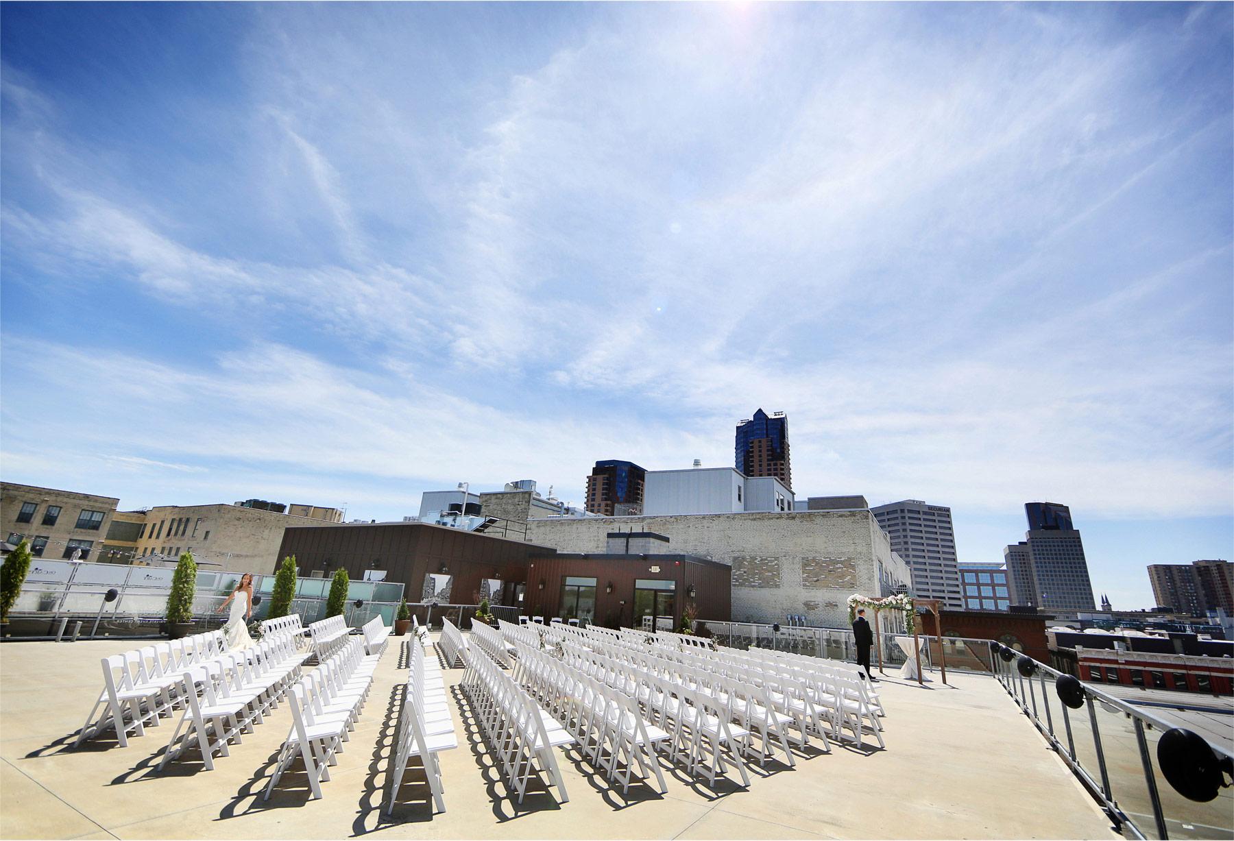 05-Saint-Paul-Minnesota-Wedding-Photographer-by-Andrew-Vick-Photography-Summer-Abulae-First-Meeting-Bride-Groom-Molly-and-Dan.jpg