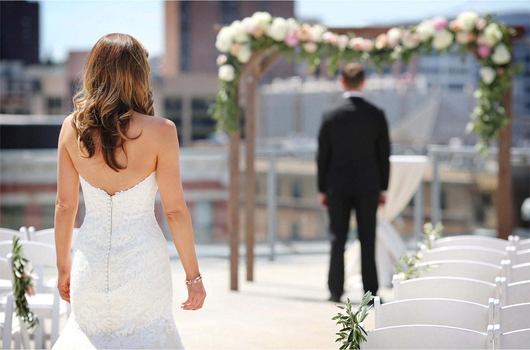 06-Saint-Paul-Minnesota-Wedding-Photographer-by-Andrew-Vick-Photography-Summer-Abulae-First-Meeting-Bride-Groom-Molly-and-Dan.jpg