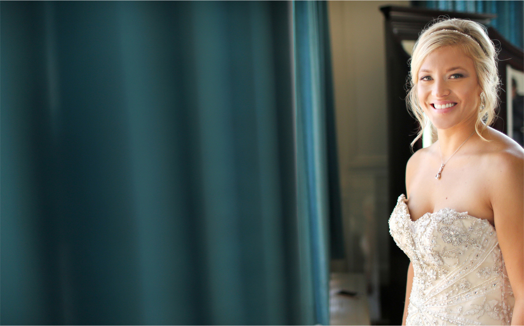 04-Duluth-Minnesota-Wedding-Photographer-by-Andrew-Vick-Photography-Summer-Greysolon-Ballroom-Getting-Ready-Bride-Lindsey-and-Adam.jpg