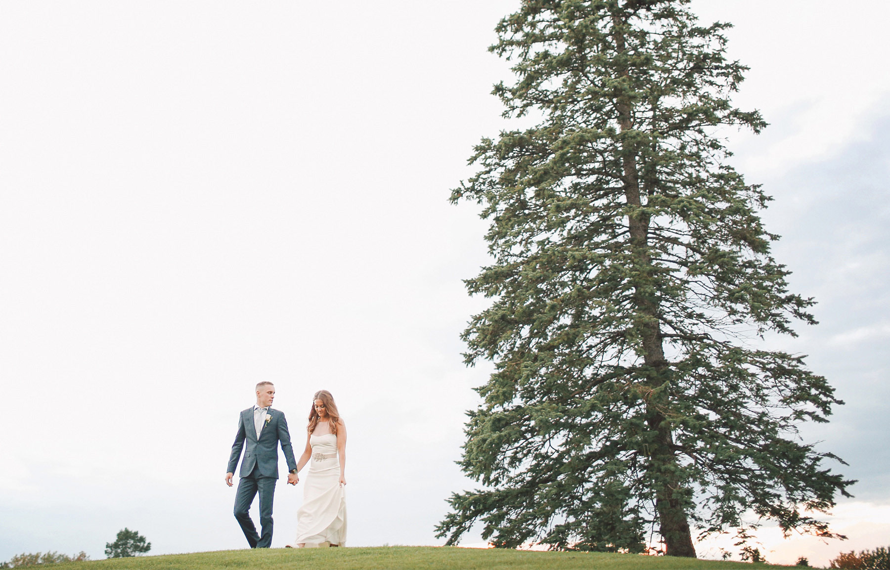 26-Dellwood-Minnesota-Wedding-Photographer-by-Andrew-Vick-Photography-Summer-Country-Club-Reception-Bride-Groom-Golf-Course-Vintage-Sarah-and-Landon.jpg