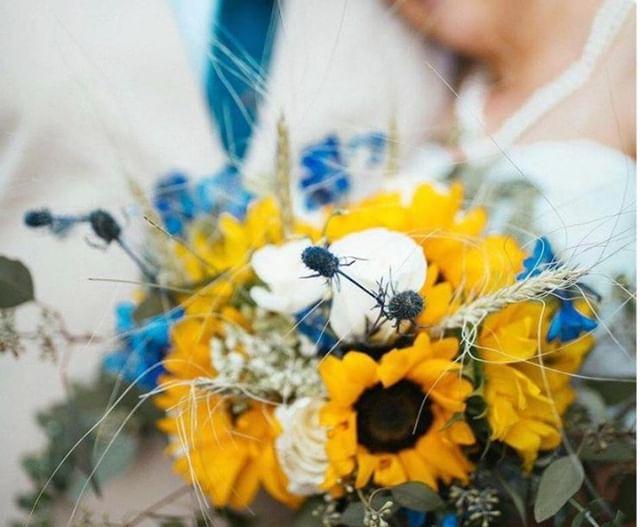 Happy first day of summer and a #throwback to my friend's summery bridal bouquet!🌻 . . . #sarahbellafloraldesign #flowermagic #weddingflorist #californiaflorist #summerwedding #sunflowerlove 📸💕: Megan Helm Photography 👰🏼: Rachel Alvarado