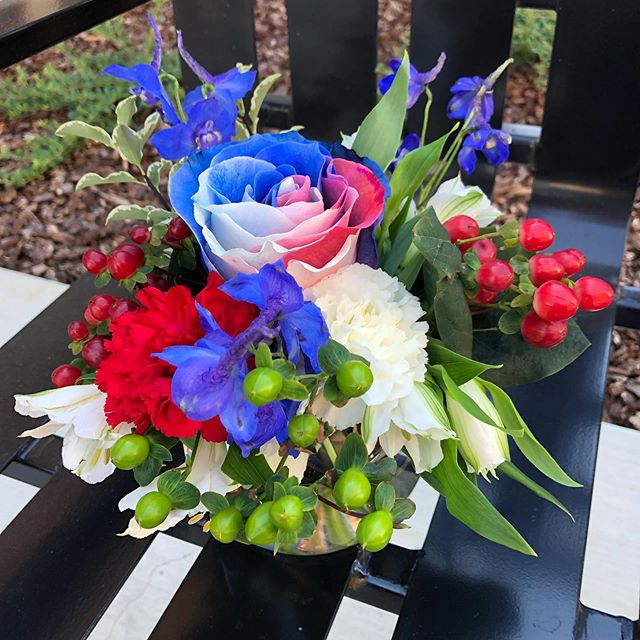 Another successful #floraldesign class with the residents of @thevillasatstanfordranch for their 4th of July BBQ Today 🇺🇸 Bubble bowl arrangements made by and for independent & assisted living residents, mason jar arrangements for memory care residents •••••••••••••••••••••••••••••••• #sarahbellafloraldesign #floraldesignclass #flowerclasswithsarah #happyfourthofjuly #independenceday #seniorfloraldesignclass