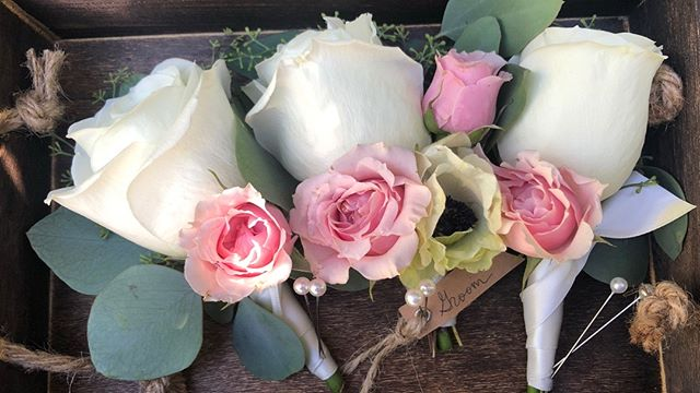 Classic pink & white 🌸 . . . #boutonnieres #weddingflowers #sarahbellafloraldesign
