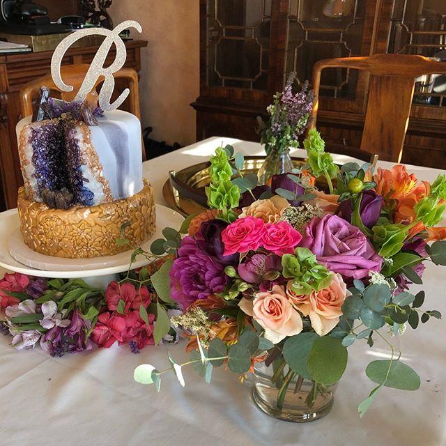 Flowers or cake... which is your favorite? . . . #sarahbellafloraldesign #weddingflowers #jewltones #bellsofireland #dahlias #sprayroses #alstroemeria #queenanneslace