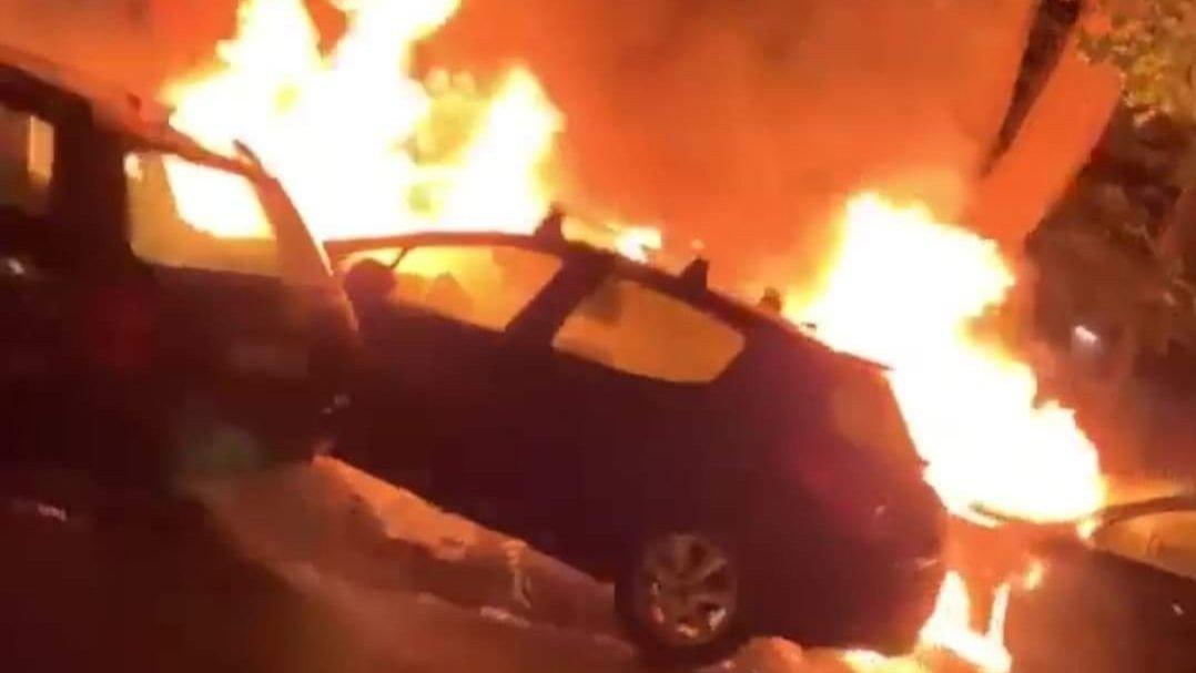 FULL FYR: Oslo 110-sentral opplyser at det var tre biler som sto i brann ved Sofienbergparken.  Foto: Rokas Magnus Trimbelis