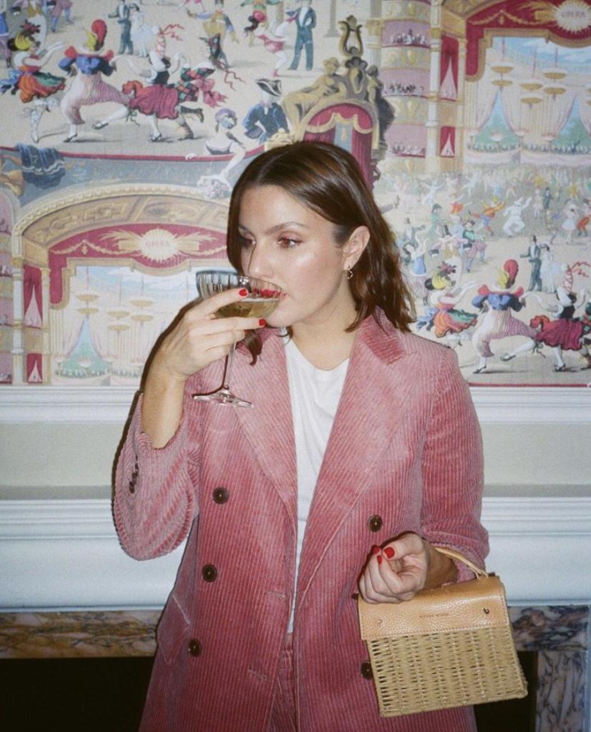 La Fille Cocktail - Emma Hoareau - Emma Hoareau est skinfluencer et photographe, on a eu la chance de pouvoir l'interviewer et d'en savoir plus sur elle. On adore son univers léché, ses photos aux tons roses et sans retouches ! On a parlé de représentation de la beauté sur instagram, de ses inspirations et de skincare.