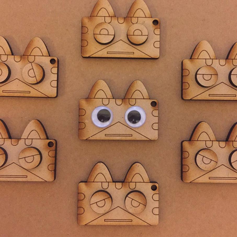萌貓匙扣 DIY   (DIY Cute Cat Keychain)    語言 Language:  廣東話   時段 Time:   1. 11:00pm - 12:00pm  工作坊將會簡單介紹鐳射切割、雕刻的應用、顏料特性,亦著重讓參加者發揮創意,突破日常的思考框框。  Make a personalized wooden cat keychain! A fun, creative way to learn about laser cutting and engraving and the different properties of paint.