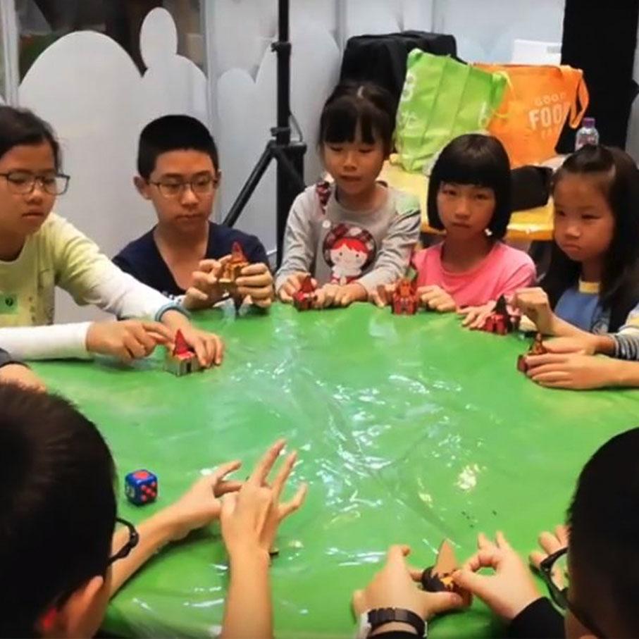 一飛衝天 (Paper Rocket Workshop)    語言 Language:  廣東話   時段 Time:   1. 11:00am - 12:00pm  2. 2:00pm - 3:00pm  動手製作及設計簡易小火箭發射器,學習能量中的勢能和彈力,進行小比賽。  Construct your own paper rocket and learn how thrust and drag affect objects. Includes a mini-competition.
