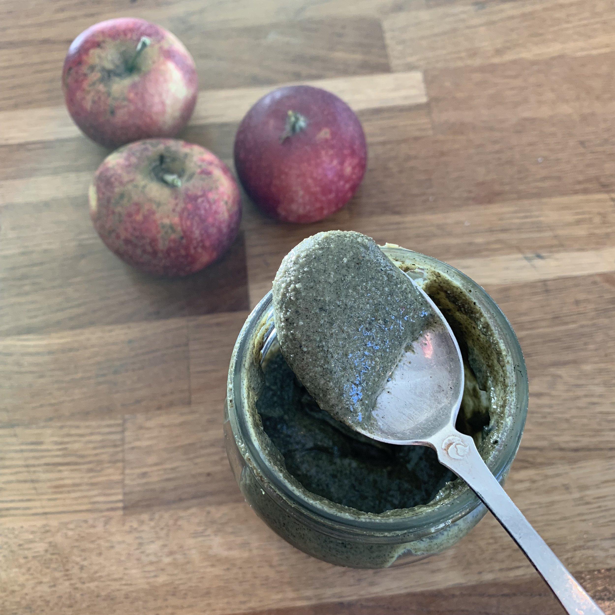 Før kokosmelk og honning kom oppi. Sånn spiser jeg som regel frøsmøret … Perfekt som en rask snacks med eple eller banan til – eller på brødskiva, gjerne med eplemos, bær, frukt i skiver, avocado eller honning/lønnesirup over. Og helt suveren å blande inn i dressinger med olje, salt, sitron og revet sitronskall til salater, quinoabowls og ovnsbakte grønnsaker! Anbefales!