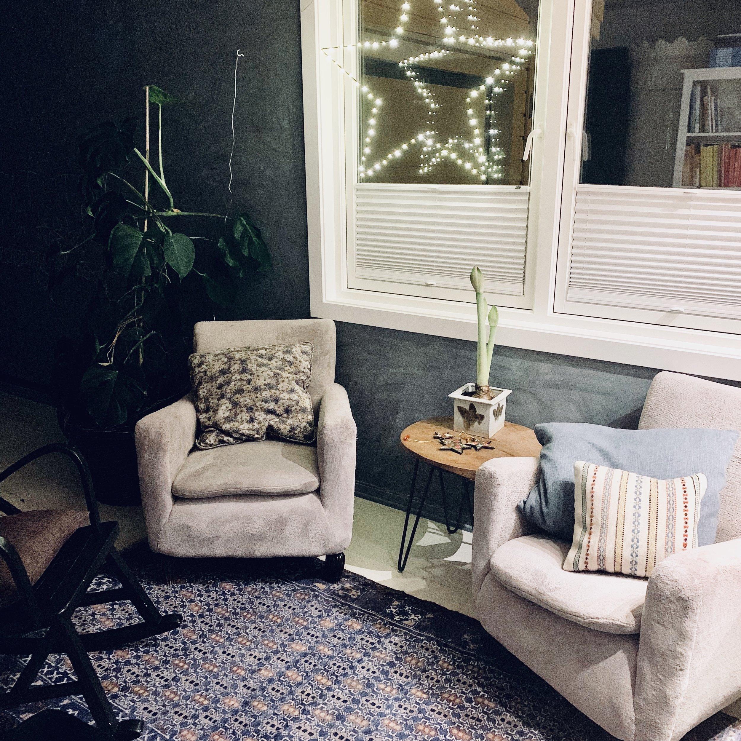 Julestjernen som vi elsker. Bestefars gamle stoler fra 1930-tallet og en svartmalt gyngestol fra bruktbutikken. Planten i bakgrunnen som foreldrene mine fikk i gave da jeg ble født. De viktige tingene har fått bli – og vi setter enda mer pris på dem nå som de får ta mer plass i hjemmet vårt.