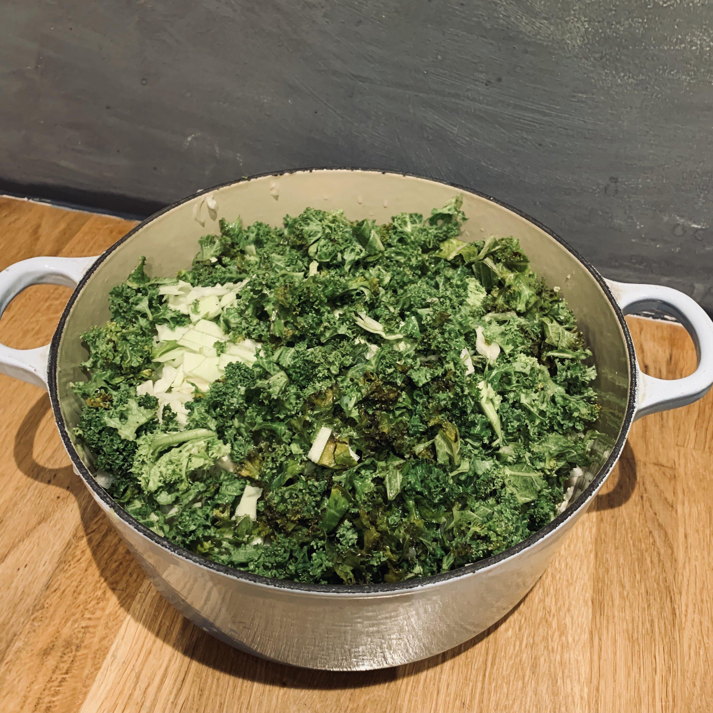 Ha alt i gryta og kok opp. SÅ enkelt! Her har vi brukt grønnkål fra hagen + hodekål og savoykål, da det var dette som lå igjen i kjøleskapet etter jula.