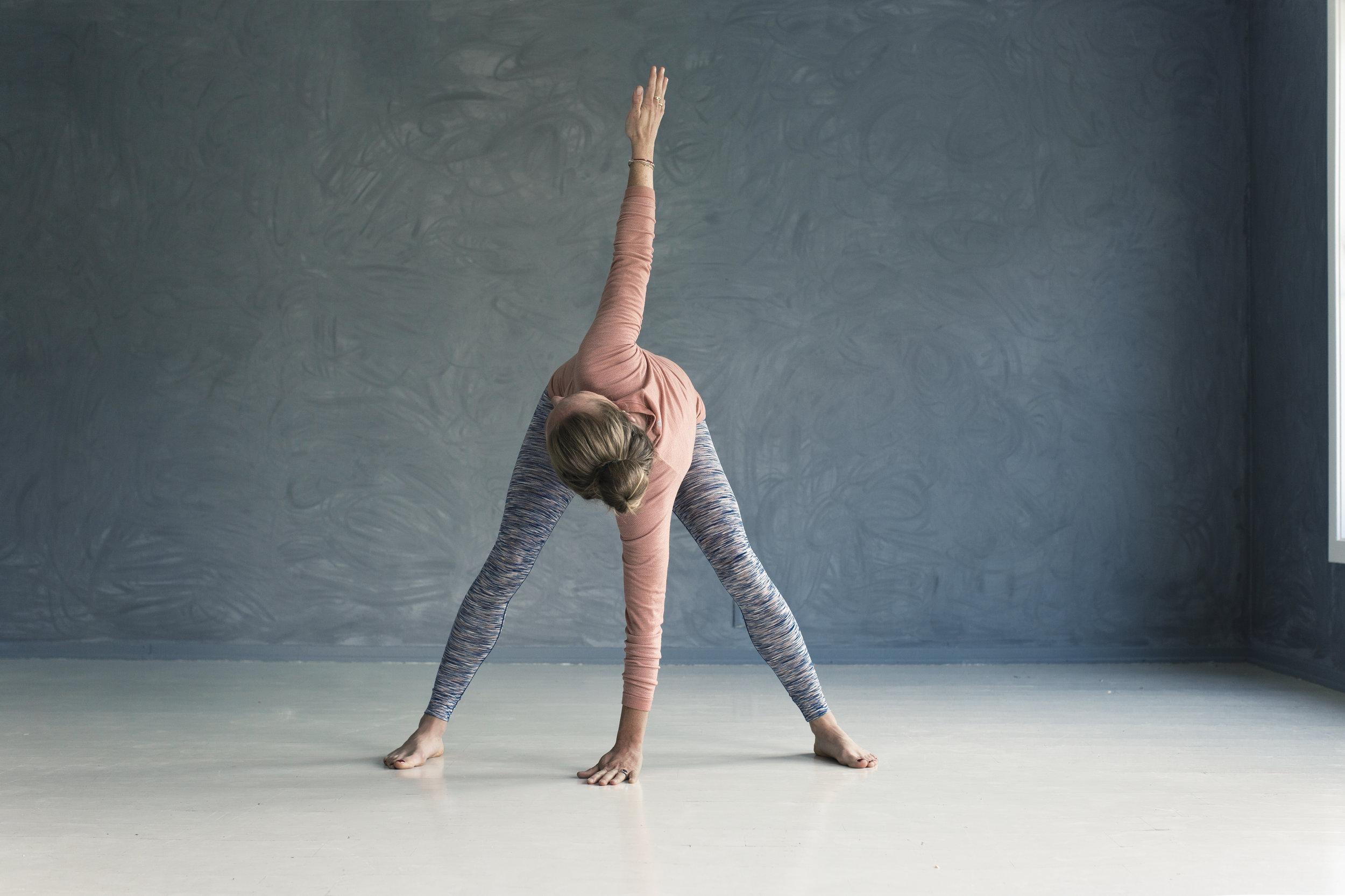 Det er så utrolig lite som skal til før du kjenner den deilige følelsen av mer bevegelse i kroppen!  Foto: Astrid Waller, hentet fra boka Kom i form med minst mulig innsats.