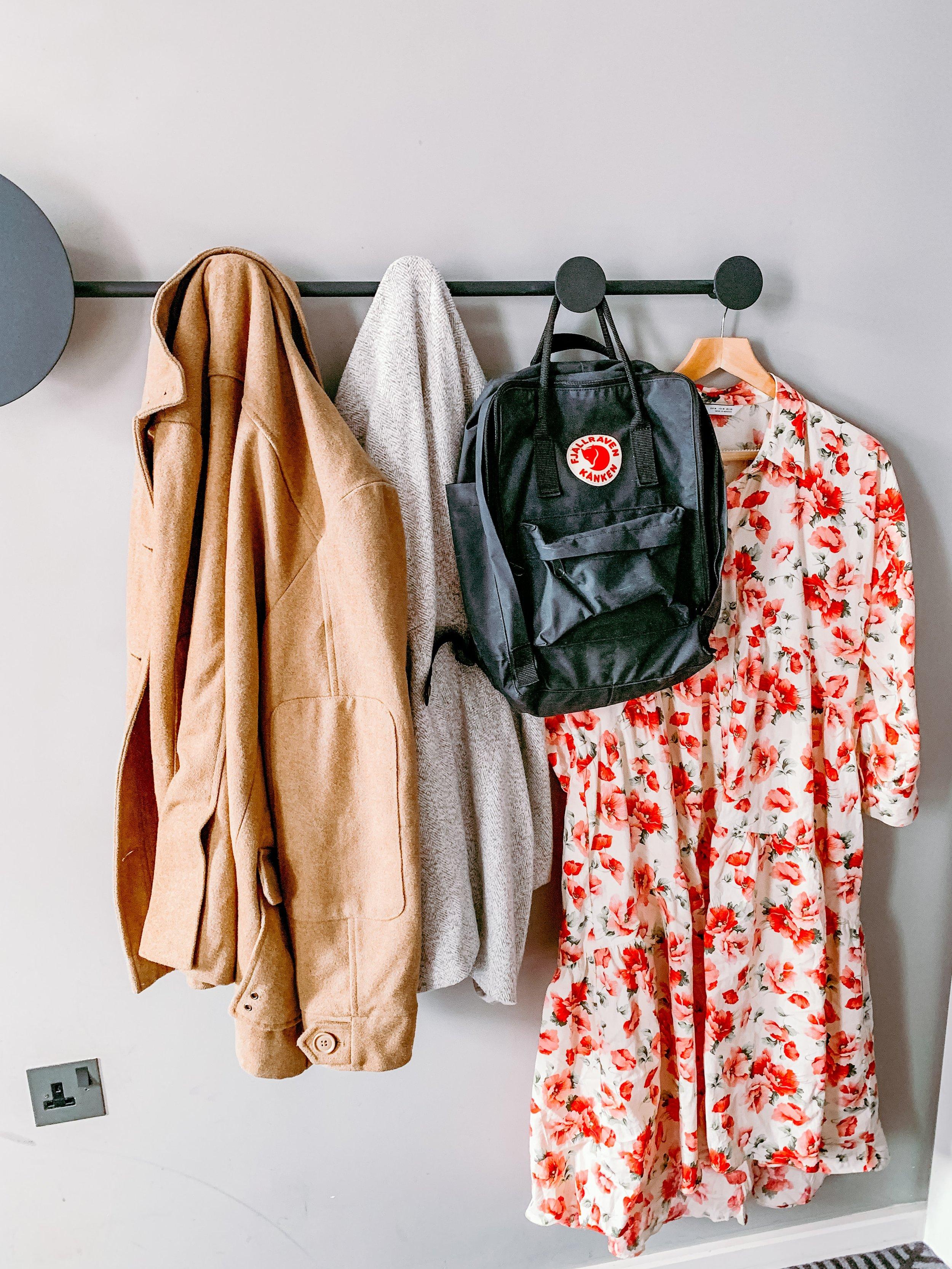 Kanskje kan sommerkjolen få bli med videre utover høsten hvis du bare parrer den med en tynn genser under, en strikkegenser over eller en litt varm jakke?  (Foto: unsplash.com)