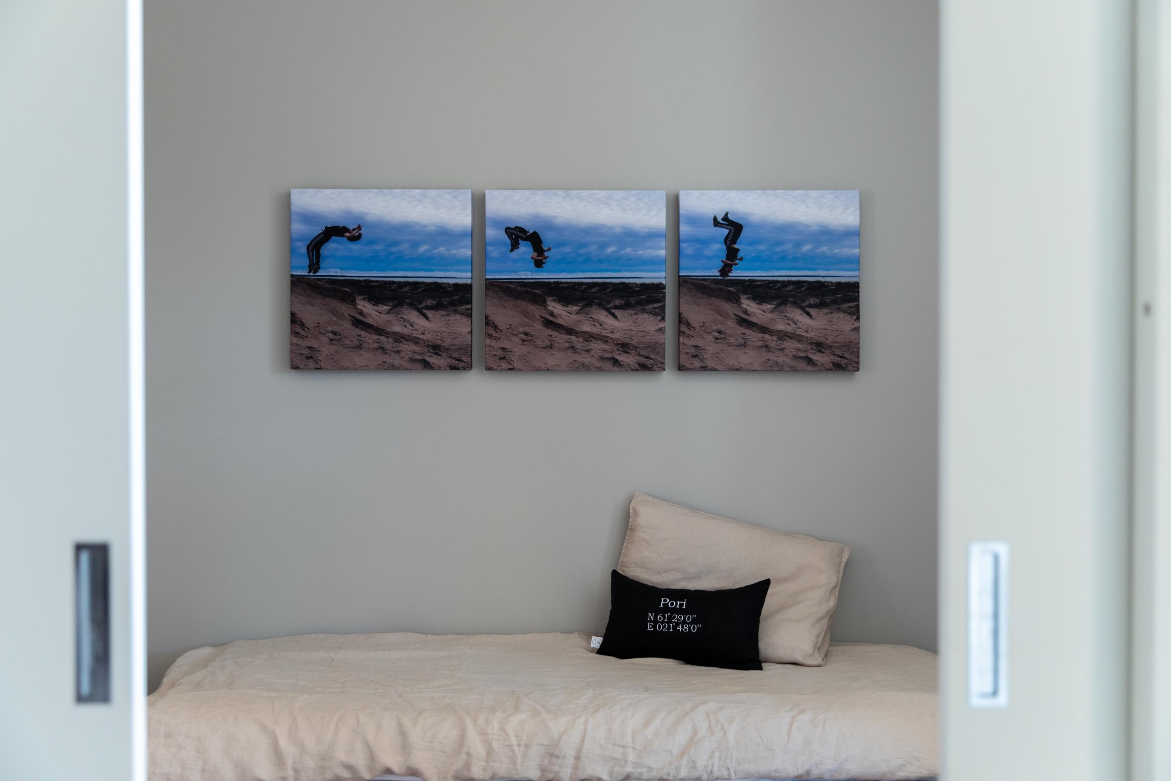 Perheen teinipojan huoneessa akustiikkalevyt toteutettiin valokuvina.