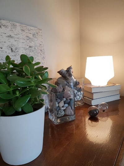 Kaapin päällä on kulhoissa perheen keräämiä kiviä lomamatkoilta ja heille tärkeistä paikoista.