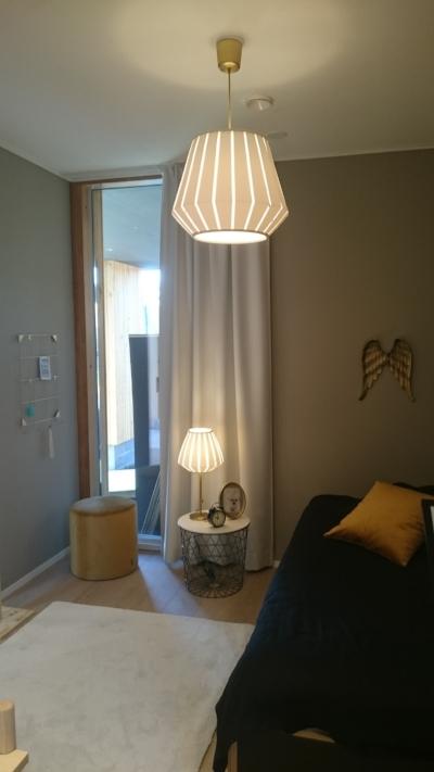Huoneen tuleva asukas oli itse mukana valitsemassa yöpöytää, joka on turkoosin sävyinen.