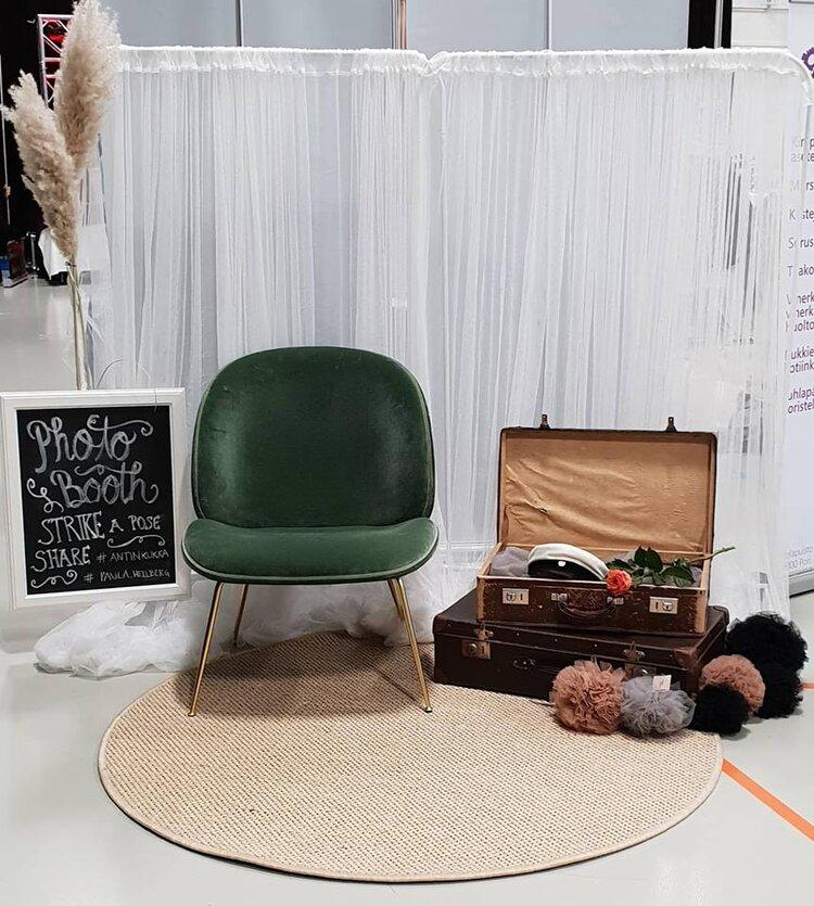 Häämessut Photobooth - Pori 2019Juhliin on hauska toteuttaa valokuvaseinä juhlan teemaan sopien. Valmistan myös tyllipompomit sisustukseen.