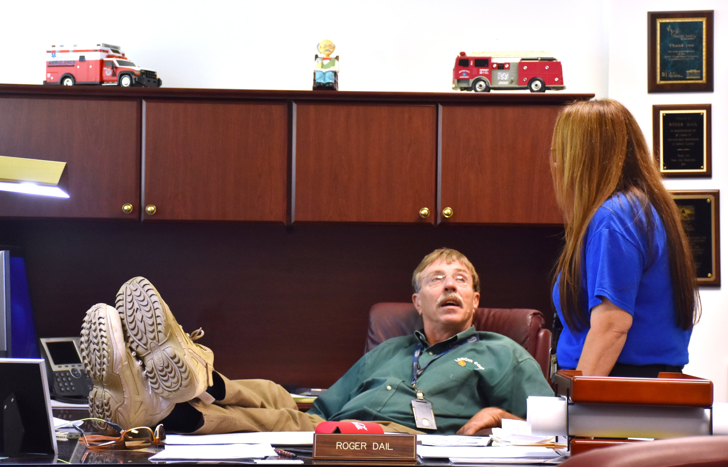 Lenoir County Emergency Services Director Roger Dail talks to LCES Assistant Director Jerri King during the aftermath of Hurricane Florence on Saturday, Sept. 22. Photo by Bryan Hanks / Neuse News