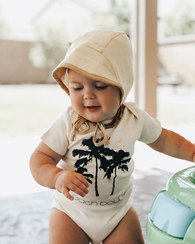 Beach bound 🏝  This cutie is here to send some summer vibes your way 🌿 Hope you are enjoying your summer with your little ones. It has flown by way too fast!  #beachbound #organicbabyclothes #organiconesie #letthembelittle #ohheymama #babiesofinstagram