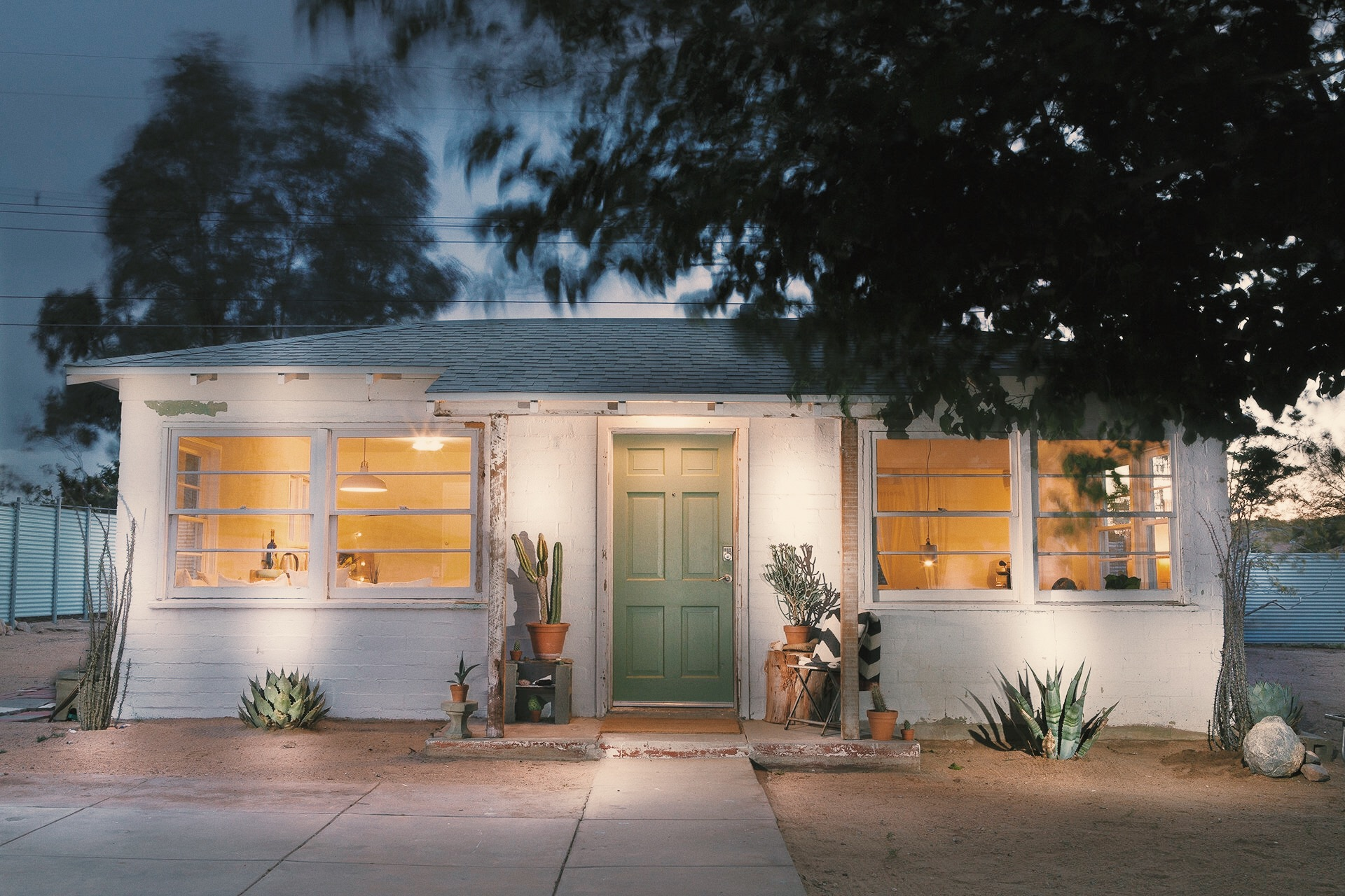 jt villager - One of the original 1947 homes in the heart of Joshua Tree Village with retro, modern and local artistic touches. Only 10 minutes from Joshua Tree National Park, walkable to the saloon, coffee, clothing and art boutiques.BOOK HERE