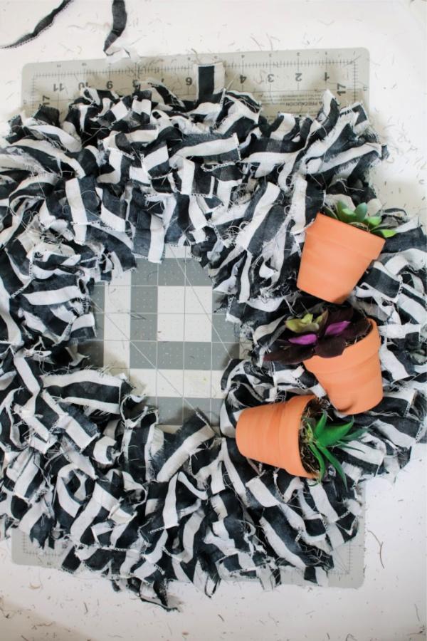 mini-clay-pot-wreath.jpg