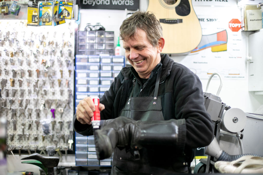 Jerry Eilander repairs a shoe in his business, 2Fixit. Image by Melanie de Ruyter 2019.