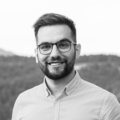 """Mihai Toader Pasti - PreședinteFuture Energy Leaders RomaniaÎn ultimii 8 ani, Mihai a participat la 3 ediții ale celei mai importante competiții de case solare din lume, Solar Decathlon, câștigând peste 24 de premii naționale și internaționale. Mihai este și cofondator energiaTa, care, din 2016, încearcă să facă micii producători de energie o realitate în România. A fost inclus în """"Forbes 30 sub 30"""" și este Președintele Future Energy Leaders Romania, precum și co-președintele Eisenhower Fellowships Youth Leaders, Global Shaper, Aspen Young Leader și Climate Ambassador al GYCN."""