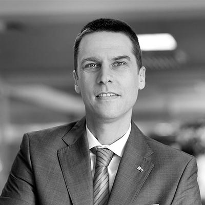Sebastian Metz - Director general Camera de Comerţ şi Industrie Româno-Germană (AHK România)Sebastian METZ conduce de la începutul anului 2012 activităţile curente ale Camerei. Împreună cu Consiliul Director, dl. Metz elaborează strategiile în vederea dezvoltării serviciilor oferite de AHK România şi urmărește punerea în practică a acestora. În prim-plan se află consilierea firmelor şi a membrilor Camerei, dar și intensificarea activităților legate de reprezentarea intereselor membrilor.