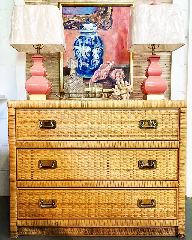 """We're thinking pink today!💕 • Rattan Wrapped Chest by Dixie - $350 (38"""" W x 18.5"""" D x 30"""" H) • """"Canton Conch"""" oil on canvas by Cathy Lumpkin- $475 (22"""" x 25"""") • Square Gourd Lamps - $325 pair . . . #rattanfurniture #rattan #vintagerattan #brasshardware #islandstyle #coastalstyle #charlestonhomes #homedecor #charleston"""